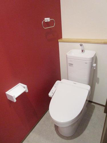 赤い壁が特徴のトイレ