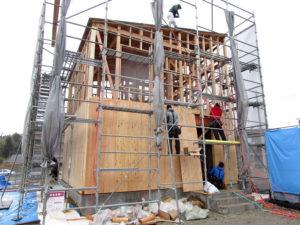 建物の外周を構造用合板で覆う